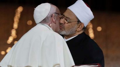 PopeUAE4 Kissing Grand Imam of Al-Azhar